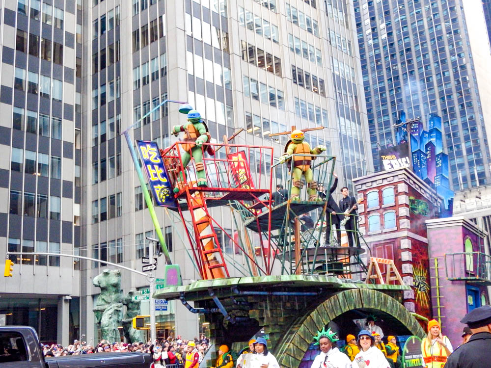 Teenage Mutant Ninja Turtles on a Macy's thanksgiving day parade float