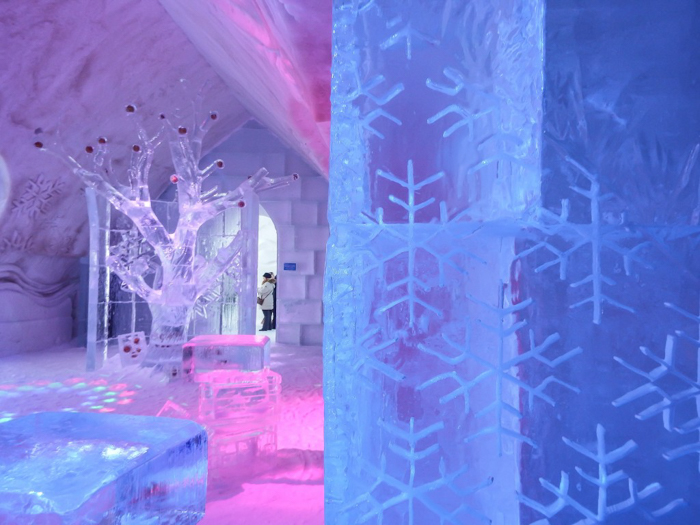 Hôtel de Glace // Straight Chillin' at Québec City's Ice Hotel | Québec City's ice hotel | Snowflakes on the wall of the ice bar
