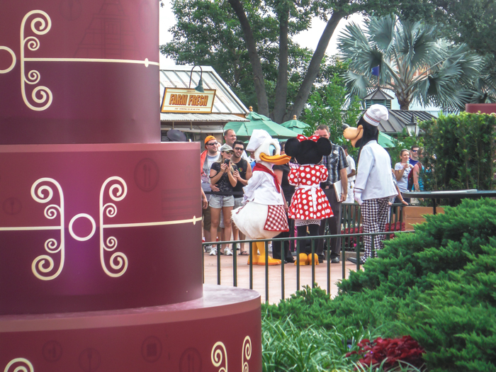 What to pack for the Epcot Food and Wine Festival | Epcot Center, Disney World, Orlando, Florida | What to wear, what to bring, what to leave at home, and how NOT to look like a crazy person | Apparel, shoes, misc. | costumed characters
