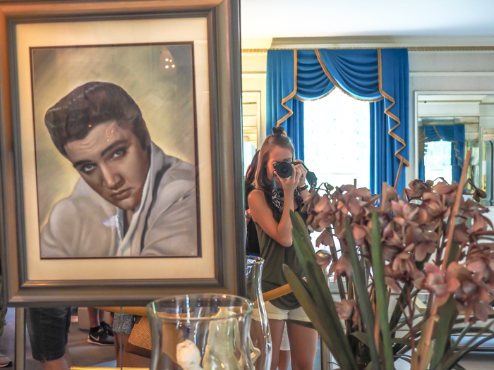 Living room, mirror | 13 Reasons to Visit Graceland in Memphis, Tennessee even if you're not an Elvis Presley fan #Elvis #Graceland #Memphis #traveltips