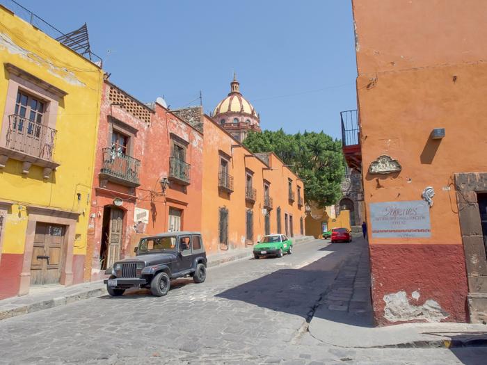 2 days in San Miguel de Allende travel tips | yellow and orange buildings #sanmigueldeallende #mexico #traveltips #timebudgettravel #sanmiguel
