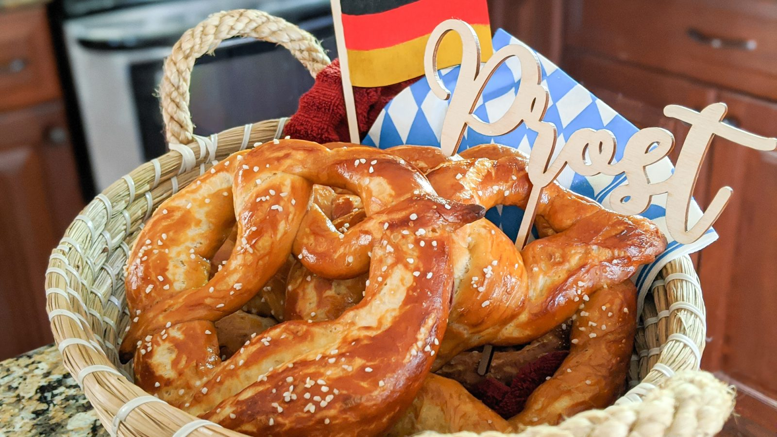 The perfect Oktoberfest party foods for your oktoberfest-themed party at home | #oktoberfest #oktoberfestfood #germanfood #germanrecipes #pretzels
