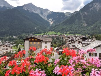 Day trip to courmayeur from Chamonix: a quick guide. How to visit Courmayeur, Italy from Chamonix, France and the Mont Blanc valley. Best day hike from Courmayeur / where to eat in courmayeur / where to stay in courmayeur / how to get to courmayeur from chamonix / what to do in courmayeur #courmayeur #chamonix #montblanc #tourdumontblanc #daytrip #valveny