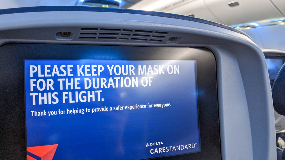 Notice to wear a mask at all times on the screen of a Delta flight